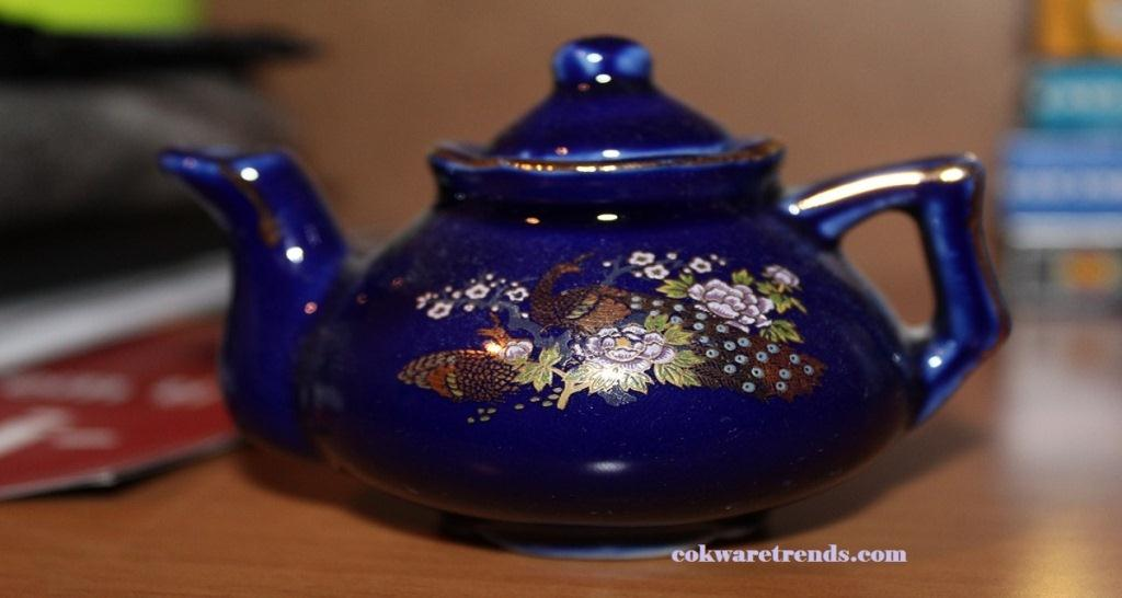Teapot-with-strainer-in-spout